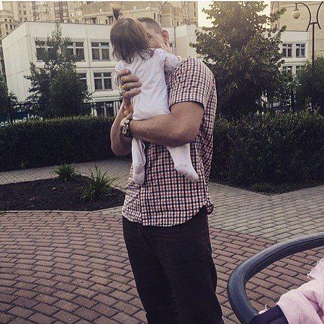 Курбан Омаров съехал от жены и маленькой дочери Теоны. Теперь у молодого отца лишь изредка появляется возможность увидеть девочку