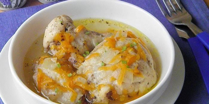Куриное мясо в бульоне с морковью
