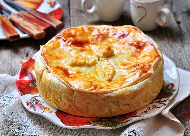 Курник называют творческим пирогом, поскольку каждая хозяйка может проявить на кухне свою фантазию