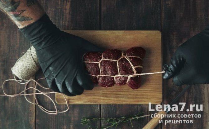 Куски мяса перед вялением обвязывают прочной ниткой так, чтобы их можно было подвесить