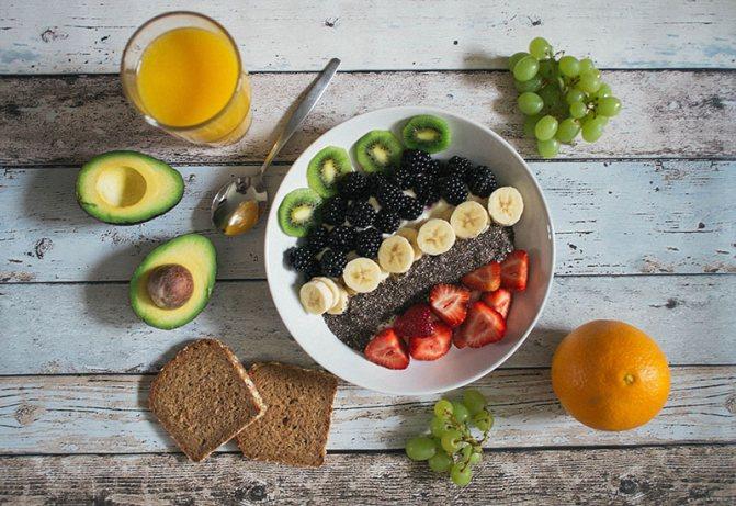 Кусочки фруктов на тарелке