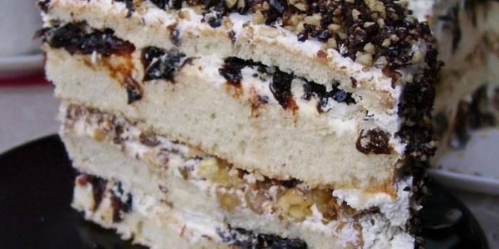 Кусок торта со сметанным кремом с черносливом