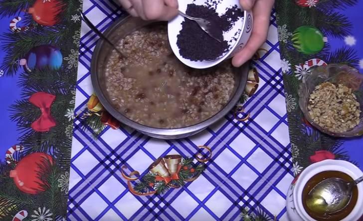 кутья из пшеницы и изюма с узваром и маком