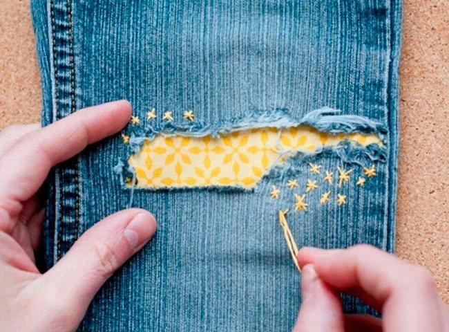латка на джинсах с элементами вышивки