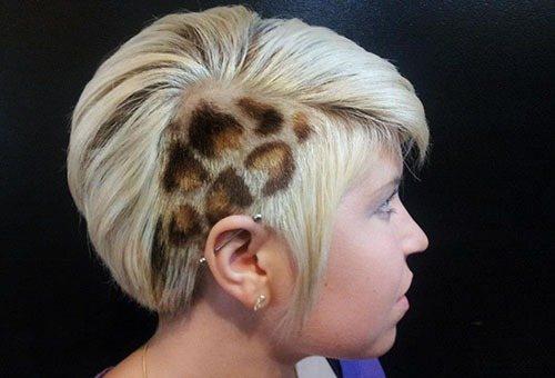 Леопардовый рисунок на виске у блондинки