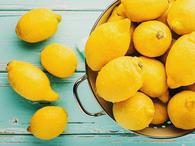 Лимон осветляет волосы