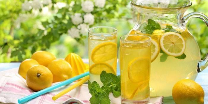 Лимонная вода в кувшине и стаканах