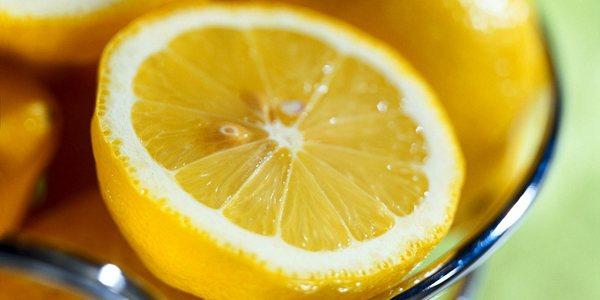 лимоны в тарелке