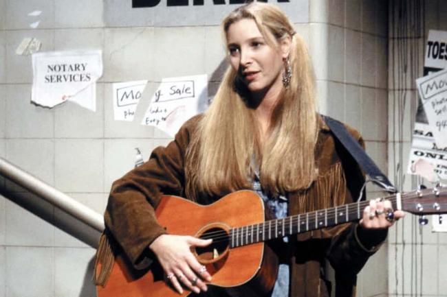 Лиза Кудроу с гитарой