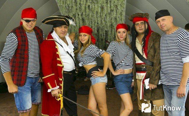 Люди в пиратских костюмах