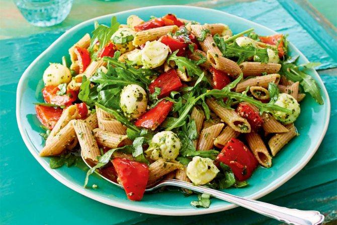 Макароны с овощами и песто