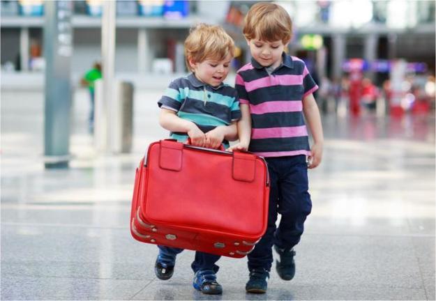 Мальчики с чемоданами в аэропорту
