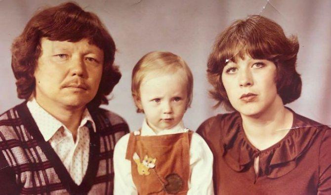 Маленькая Альбина Джанабаева с родителями