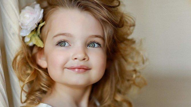 Маленькая девочка, приснившаяся счастливой,