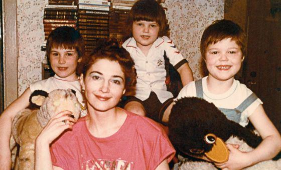 Маленький Даня Козловский с мамой и братьями