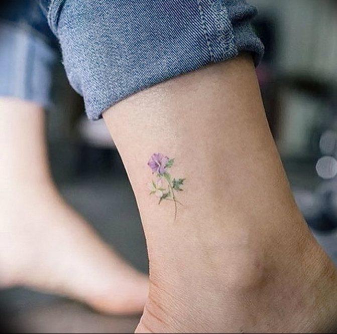 Маленькое красивое тату на щиколотке: цветок