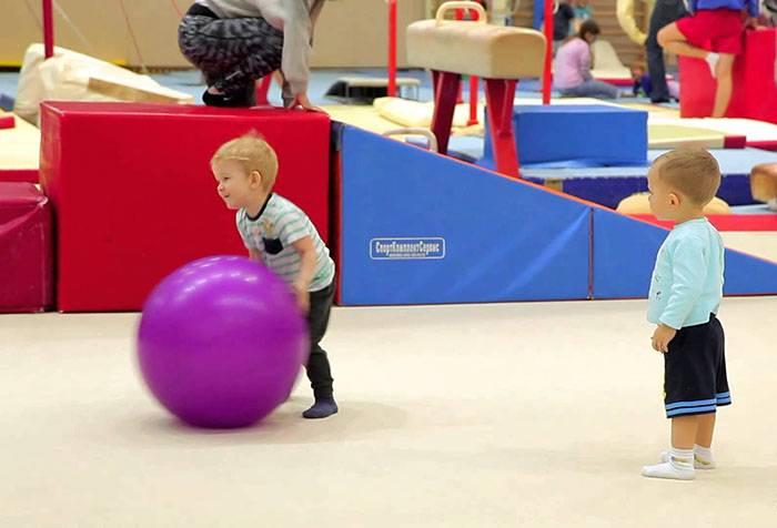 Малыши в гимнастическом зале