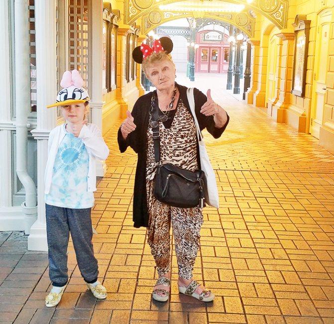 Мама Аникановой, Ирина Васильевна, и сейчас работает тренером. С Аглаей в Диснейленде