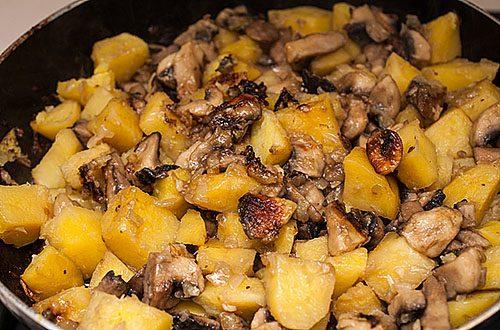 маринованные грибы, жаренные с картошкой