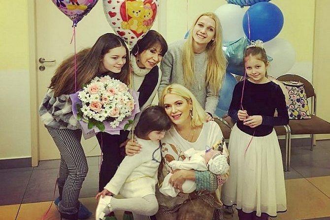 Мария Порошина с дочками, новорожденным сыном и мамой на выписке в Перинатальном медицинском центре. Фото: Личная страничка героя публикации в соцсети