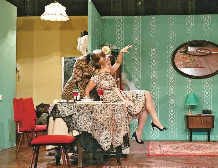 Мария Порошина в спектакле «Пришел мужчина к женщине» демонстрирует прекрасную фигуру. Похудеть после пятых родов актрисе помогает диетолог. Фото