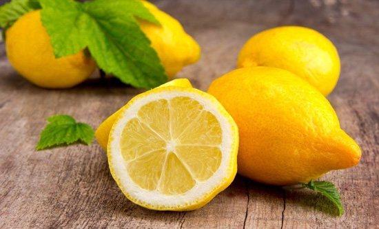 Маска с лимонным соком заметно сужает поры