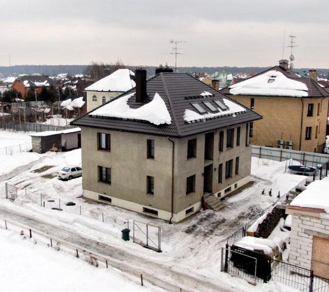 Матросова не напрягает недоделанный фасад особняка, зато снег они с младшеньким чистят едва ли не раз в три дня