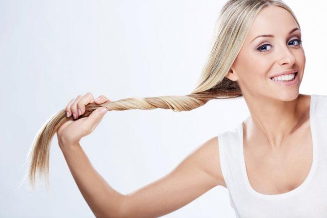 Мед значительно укрепит светлые волосы, сделает их структуру более плотной