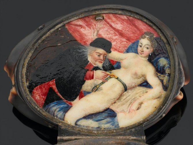 Медальон с изображением мужчины, который открывает женский пояс верности