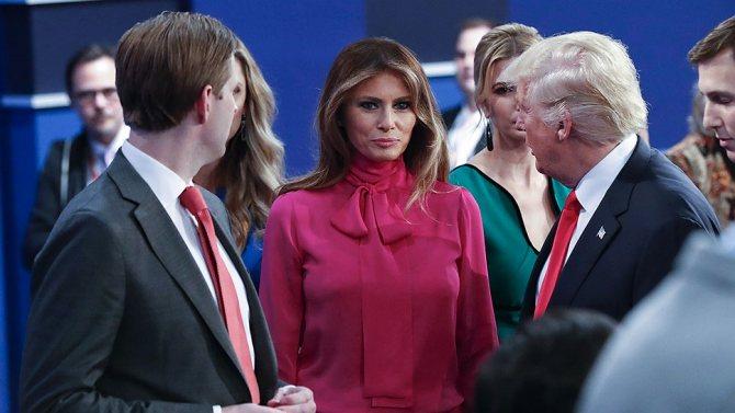Мелания Трамп в блузке Gucci цвета фуксии под названием «Pussy-bow blouse» на президентских дебатах