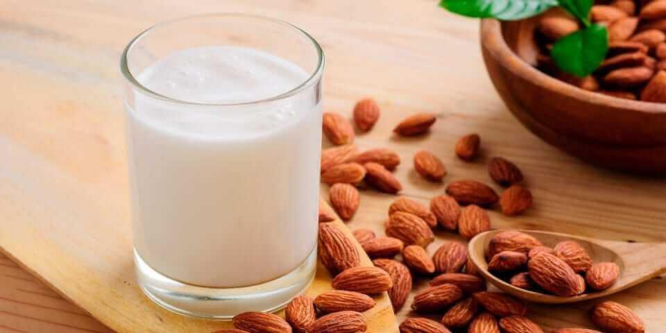 миндальное молоко и миндаль