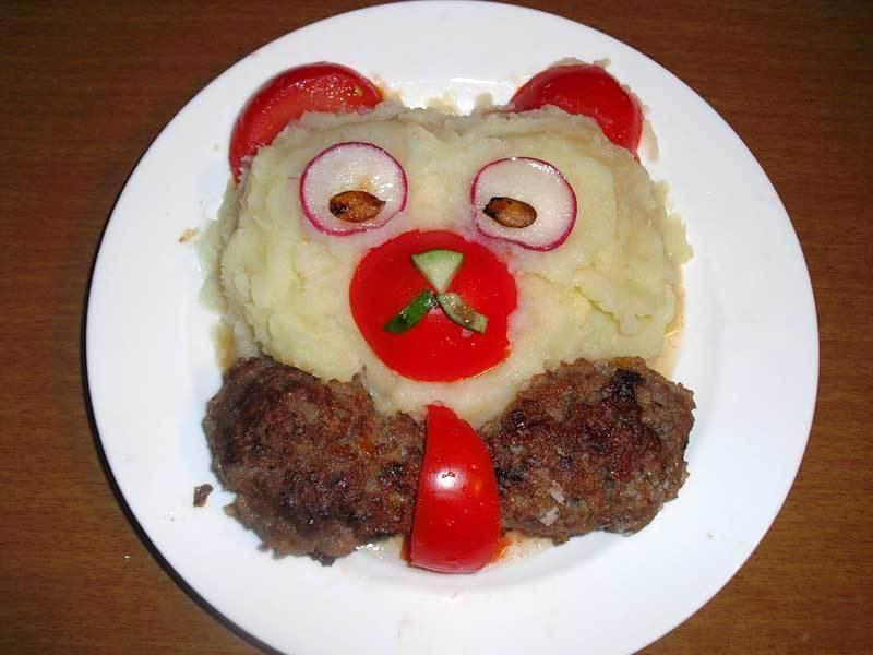 Мишка из картофельного пюре и котлет