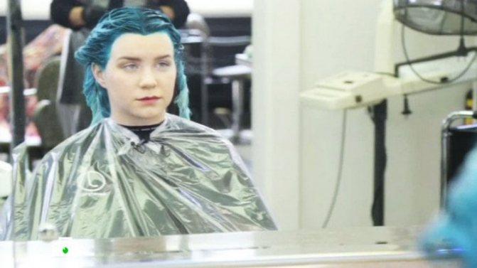 Многие девушки до сих пор выбирают краски для волос, содержащие аммиак, которые сильно повреждают структуру шевелюры.