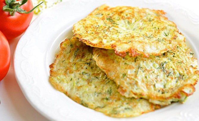Многие хозяйки предпочитают готовить оладушки из кабачков, поскольку они получаются полезными и низкокалорийными