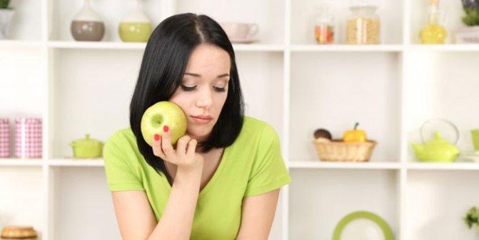 Молодая женщина с яблоком