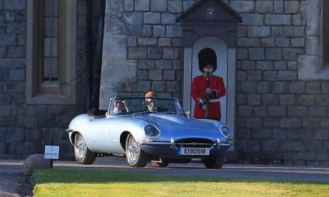 Молодожены принц Гарри и Меган Маркл едут в кабриолете