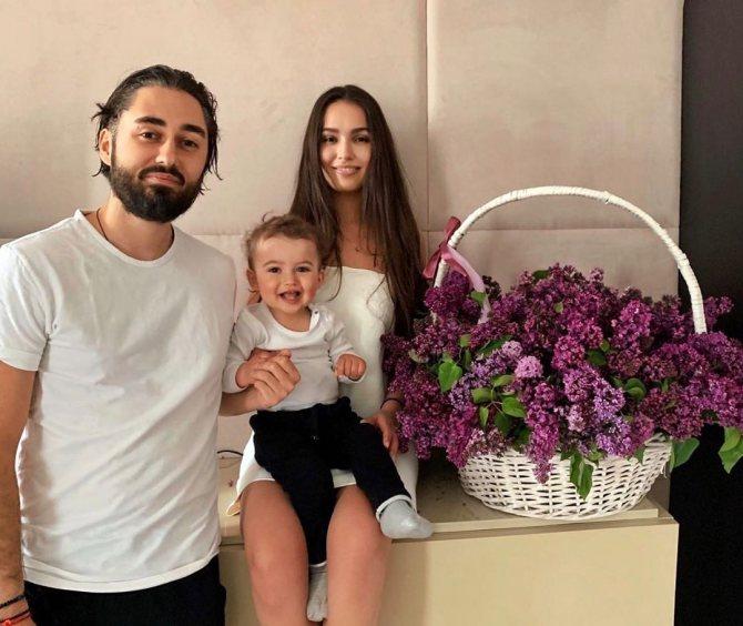 мот с женой и сыном