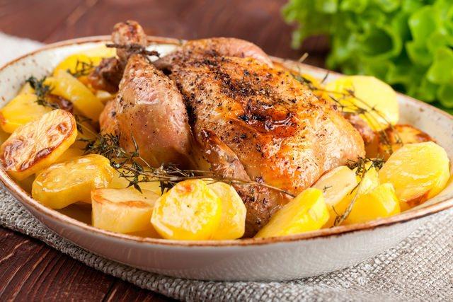 Можно легко рассчитать время приготовления по простой формуле — 1 кг курицы пропекается за полчаса