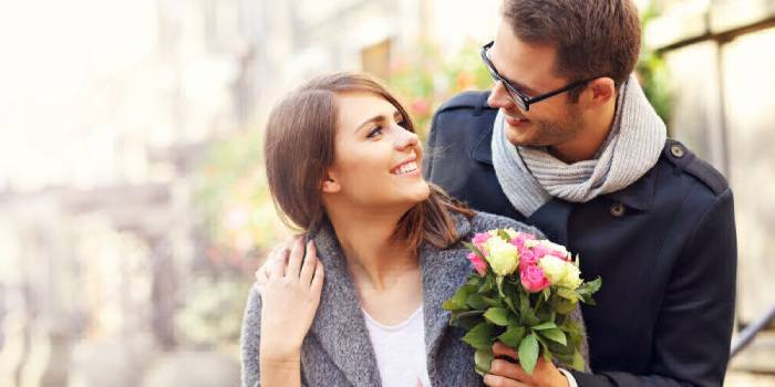 Муж дарит цветы супруге