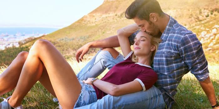 Муж и жена отдыхают на природе