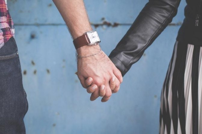 мужчина и женщина держит друг друга за руки
