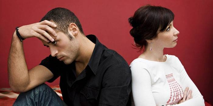 Мужчина и женщина сидят спиной друг к другу