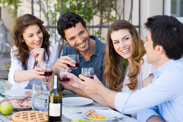 мужчина общается с друзьями