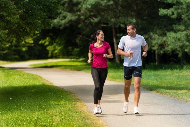 мужчина с девушкой на пробежке