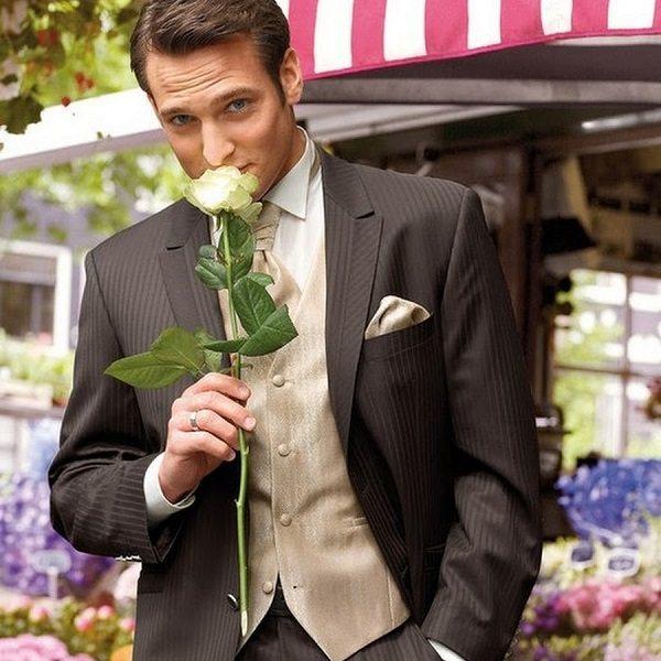 мужчина с розой в руке
