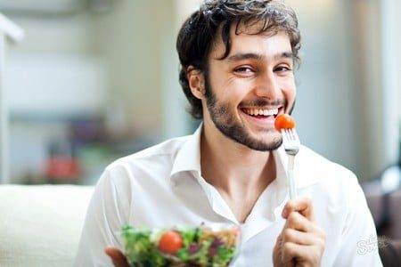 Мужчина с тарелкой салата