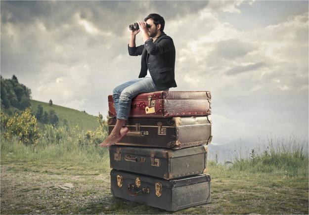 Мужчина сидит на чемодане