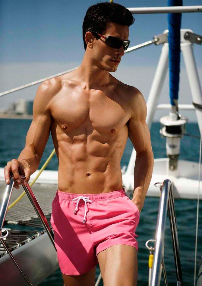 мужчина в пляжных шортах