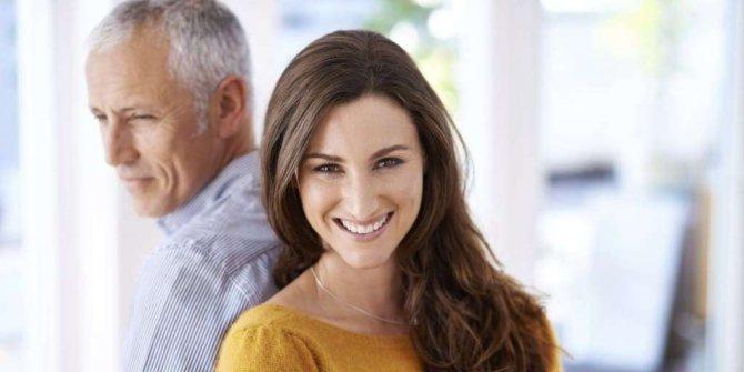 Мужчина в возрасте с девушкой