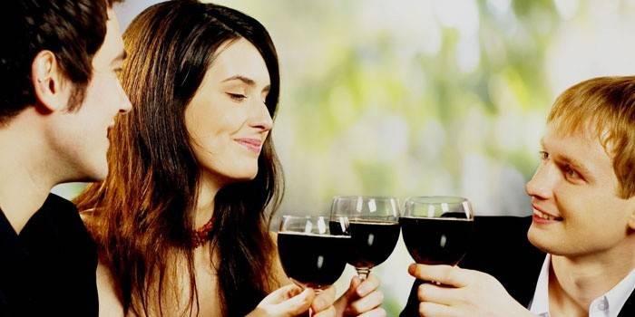 Мужчины и женщина пью вино